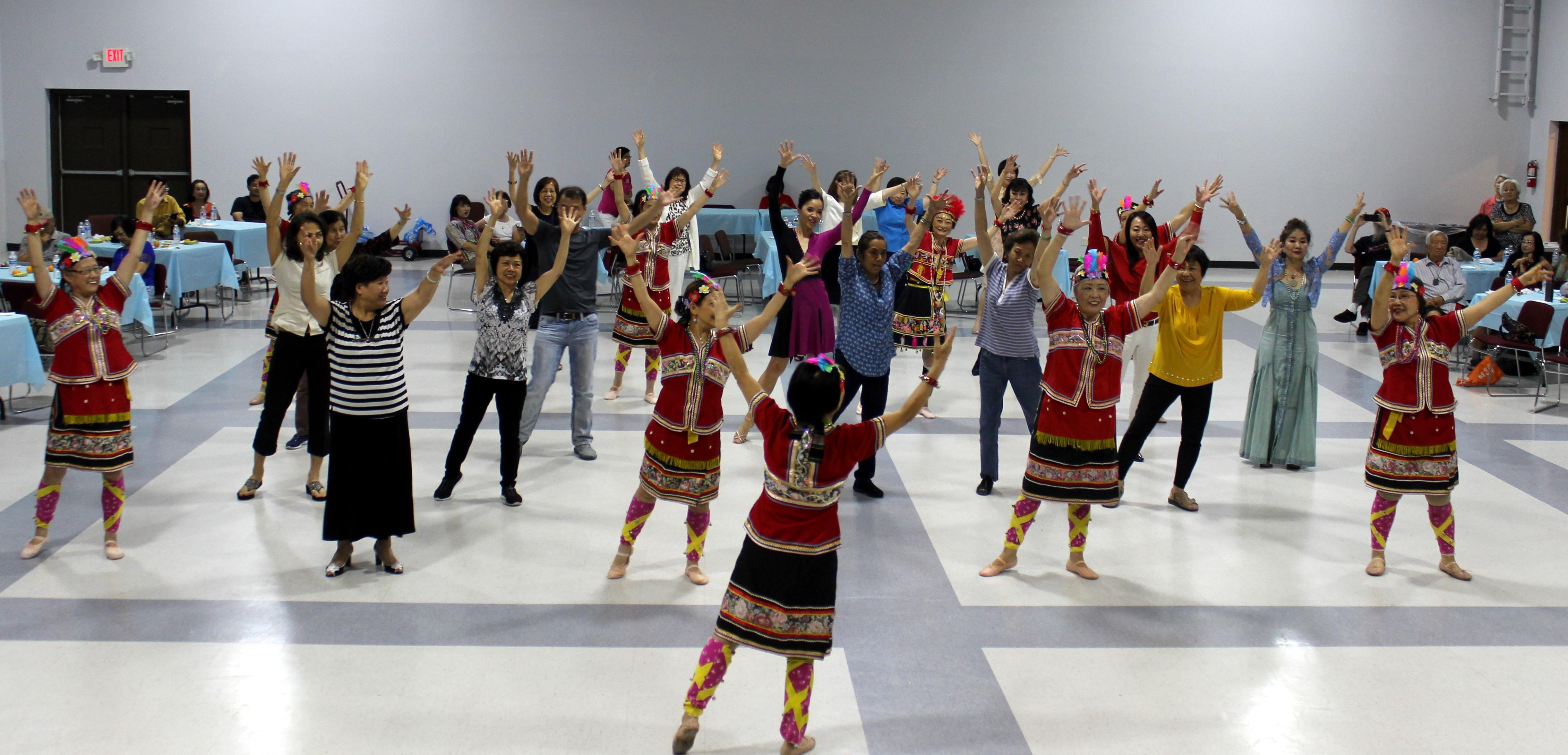 幸福舞蹈班帶動全場一起跳山地舞。