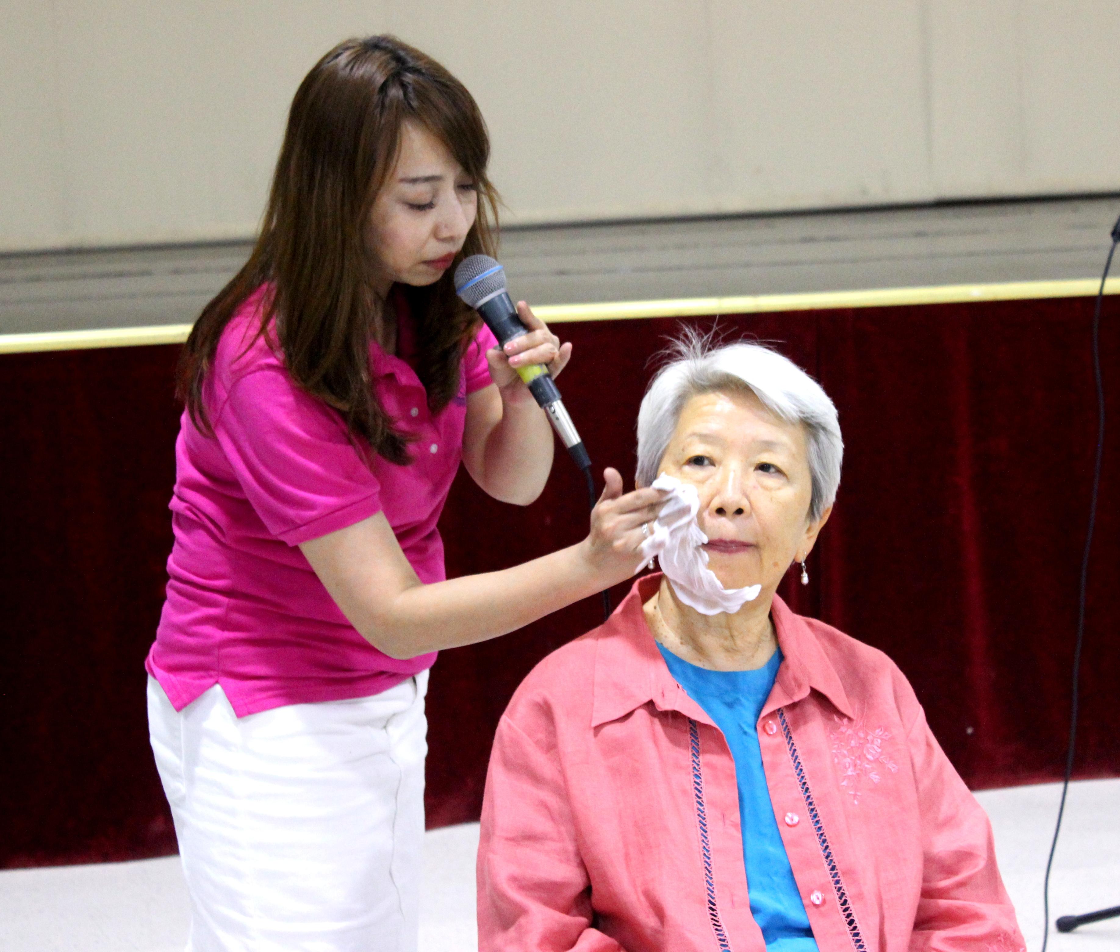 理事蔡昀砡(左)在美容講座中示範臉部正確清潔方法。