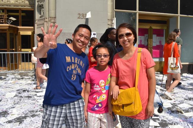 溫Aung(左)一家人都是足球迷,看到美國隊在第八屆女足世界杯封后時相當激動,說什麼都要來參加遊行、慶祝勝利。(記者顏嘉瑩/攝影)