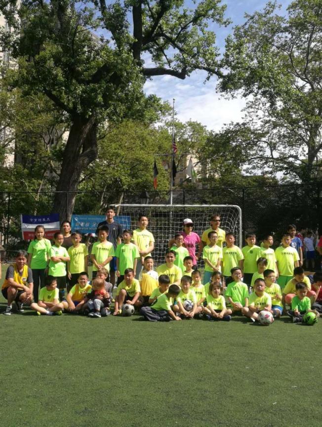 美東體育會針對七至15歲孩子舉辦周末和暑期足球隊26年,看到華人對足球運動參與度不斷提高。(美東體育會提供)
