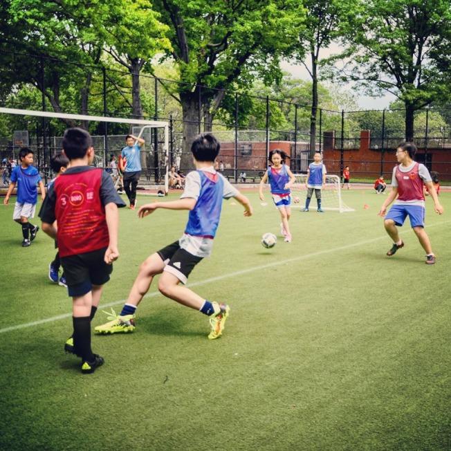 06聯足球體育會針對孩子開辦的足球隊,在五年內報名人數增加了50倍。(06聯足球體育會提供)