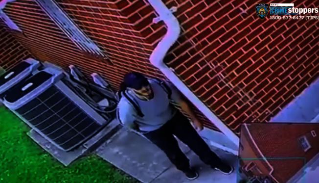 該男子涉嫌企圖入室盜竊法拉盛的一棟民宅。(警方提供)