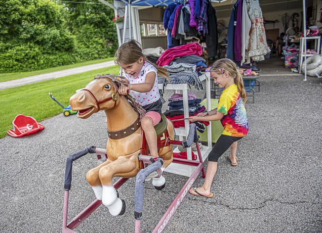買新玩具就像把錢丟入火中一樣,小孩根本不在乎是不是新的。(美聯社)