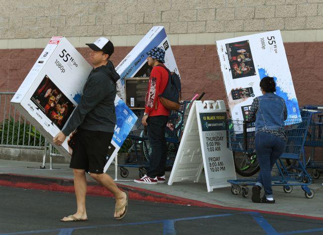 訪查發現,近90%的美國人曾衝動購物,且男性衝動購物的金額較女性還高。(Getty Images)
