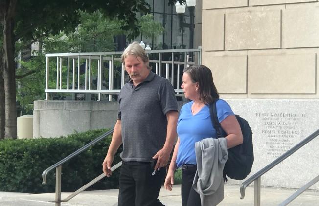 被告父親(左)從全案6月3日開始審判起,就在法庭附近的露營區紮營至今,只要開庭他都會現身法庭。(特派員黃惠玲/攝影)