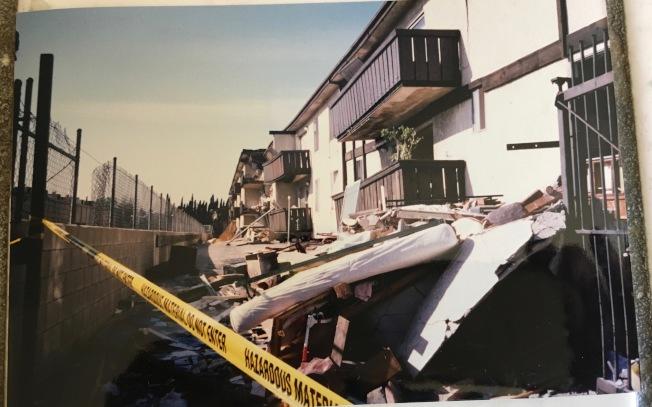 水泥軟底層建築芳草公寓,在北嶺大地震中倒塌,16名住客喪生。(記者丁曙/攝影)