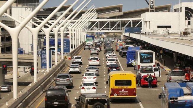 緊鄰洛杉磯國際機場候機大廳的停車樓,將全部搬往機場周邊地區,未來接送車輛將無須進入機場,改在外圍新建停車場停泊,然後乘坐單軌列車往返機場航廈。(洛杉磯時報)