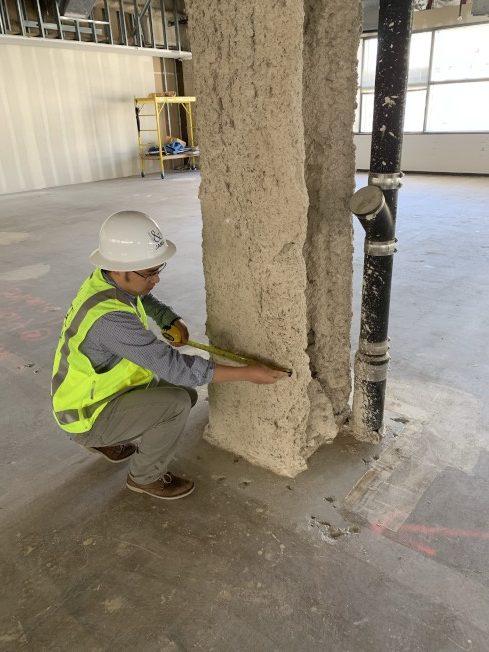 劉偉岸博士在工地檢查建築結構,確保建築物達到抗震標準。(劉偉岸提供)