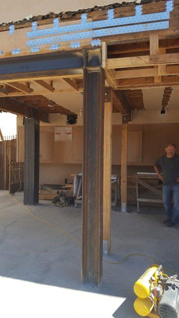 洛杉磯地區的「軟腳屋」,由於其中一面只以樑柱支撐,一旦地震發生,容易造成變型癱塌。加固之後情況將會大爲改善。(曹東川提供)