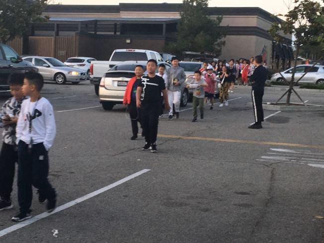 正值南加發生規模強震期間,中國學生遊學團陸續抵達。華人組織者表示會提供遊學團成員地震避險知識宣導。圖為7月初開始抵達洛杉磯的中國學生的遊學團。(記者啟鉻/攝影)