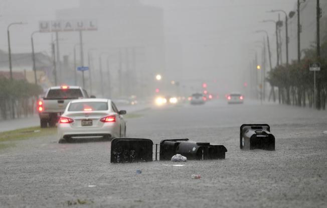 紐奧良10日遭暴風雨侵襲,造成許多地區淹水嚴重。(美聯社)