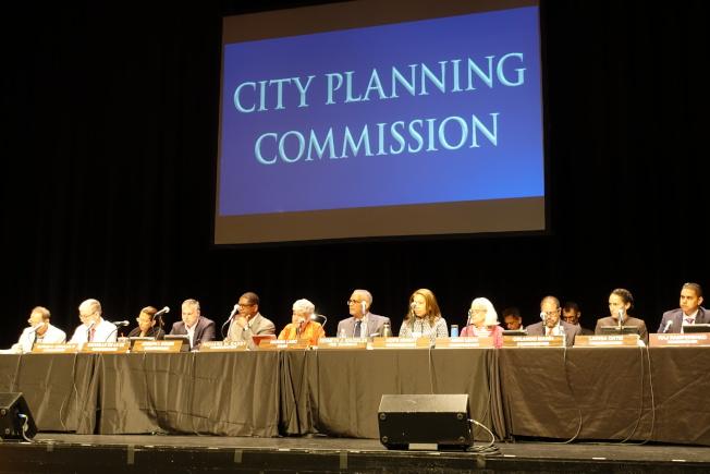 都市计画委员会委员出席公听会。(记者金春香/摄影)