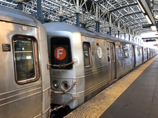 傳統的F線慢線列車是橙色的標誌,而未來開啟的快線列車將有金色鑽石的標誌。(記者顏潔恩/攝影)