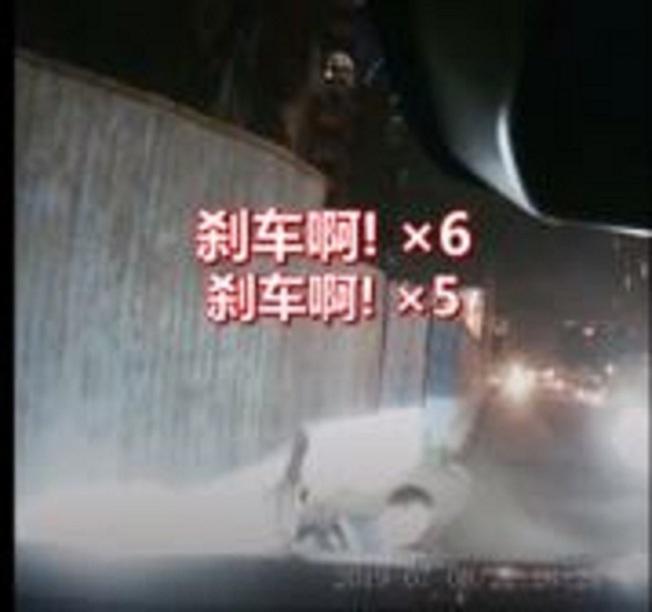 刹車、刹車、刹車、刹車、刹車啊、刹車啊!坐在副駕駛座的男子陳某,在影片裡絕望地連續大喊6聲「刹車」。(視頻截圖)
