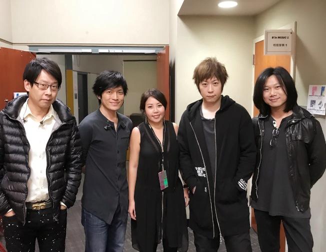 參與演唱會電影《人生無限公司》音樂製作的王倩婷(中)與五月天阿信(右二)及團員合影。(圖:王倩婷提供)