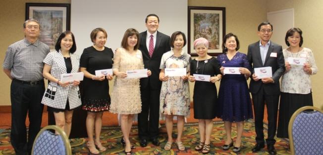 吳元之(左五)獲得商界和社團領袖們捐款支持。(記者盧淑君/攝影)