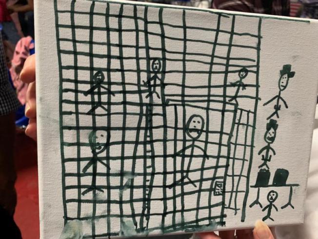 三名無證兒童所畫的拘留所景象,引起美國國家歷史博物館注意。畫裡的人苦著臉,有些人站立在鐵籠裡,有些人躺在地上,身上蓋著毯子。(路透社)