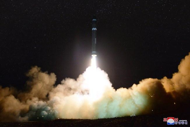 圖為北韓前年試射「火星15」洲際彈道飛彈。(歐新社)