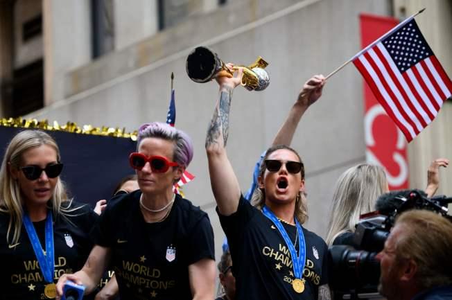 蟬聯世界杯女足賽冠軍的美國女子足球隊,10日在曼哈頓舉行勝利大遊行。圖為女足隊長拉皮諾(左二)率女足隊員沿百老匯大道前進。(Getty Images)