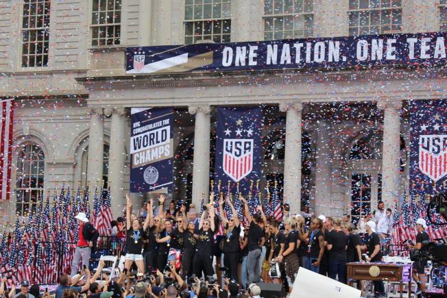 市府舉辦萬人慶典,歡慶美國女足隊奪得世界杯冠軍。(記者張晨/攝影)