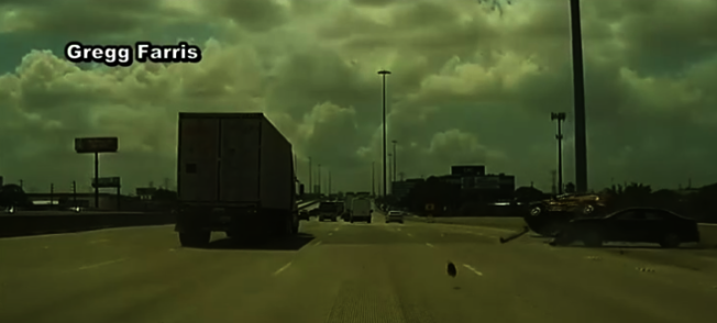 驚險一瞬間,18輪大卡擠飛小轎車,並導致另一輛車翻覆。(KPRC電視台)