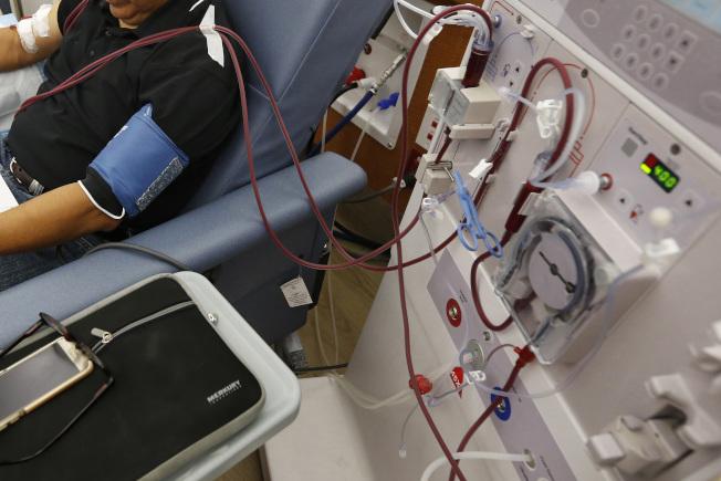 川普總統簽署行政令,加強照護腎臟病患者,圖為患者在加州一家診所洗腎。(美聯社)