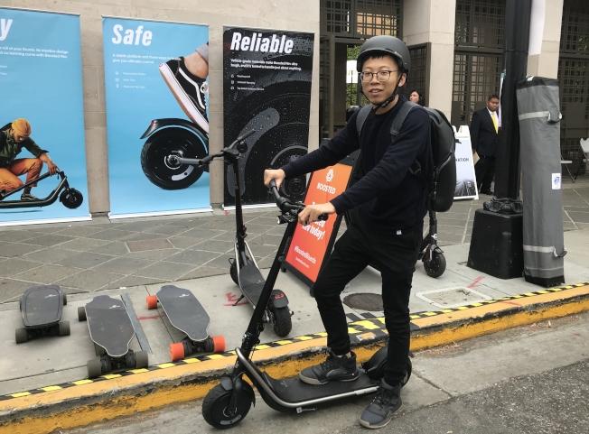 譚彥軻體驗Boosted電動滑板車。(記者梁雨辰/攝影)
