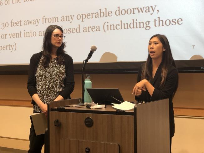 聖市管理分析師Christine Jung向民眾解釋法規的變化,強調自8月1日起多單位住房將全面禁菸。(記者林亞歆/攝影)