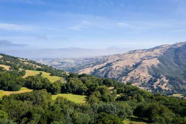 灣區一個占地5萬零500英畝的牧場,現在掛牌出售,只要7200萬元;這個價錢在舊金山和矽谷只能買到一棟豪宅,但現在卻可買到面積比舊金山還大的土地。(圖:房地產公司提供)