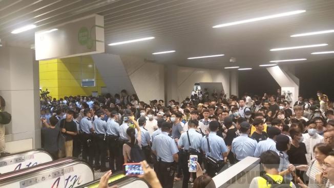 油塘欲設藍儂牆,被大批中年男子以粗言指罵及阻止,雙方爆發衝突,警方到場戒備。(取材自香港電台)
