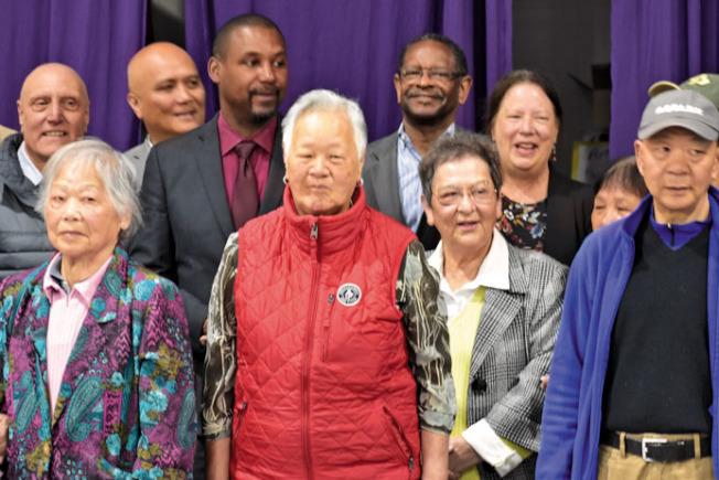 停課九年後,市議員華頌善(後排左三)宣布在訪谷恢復成人英語班,陳美玲(前排右二)讚好。(記者李秀蘭/攝影)