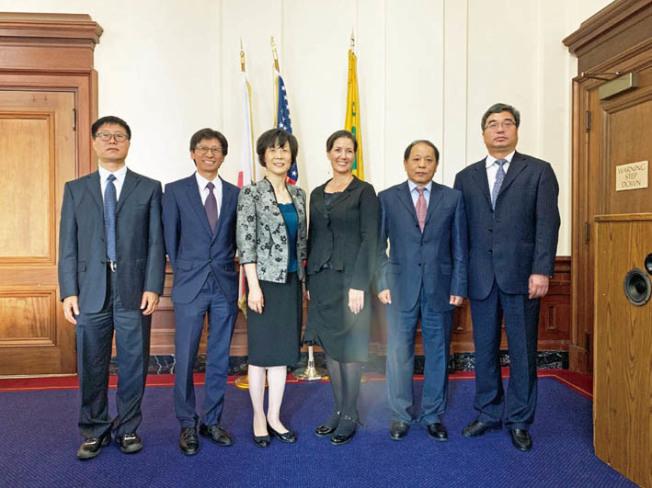 屋崙市長薛麗比(右三)將啟動任內首次中國行,接連訪問上海、大連、廣州和中山,簽署合作備忘,這次中國行不談政治,只是加強美中雙方在經貿等交流。圖為今年4月大連訪問團拜訪屋崙。(陳錫澎供圖)
