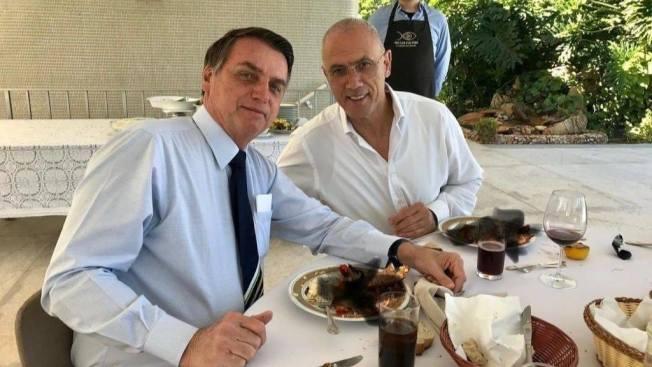 以色列駐巴西大使館上載謝利與波索納洛的相片,其中二人的餐碟被刻意塗黑。(取材自推特)
