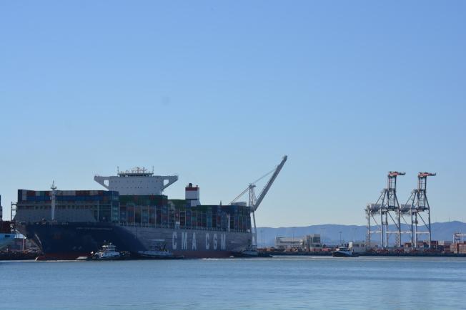 美中經貿交流頗多,屋崙港進口產品中一半以上來自中國。圖為超大型船隻CMA CGM Benjamin Franklin 運載大量中國貨物在屋崙卸載。(檔案圖,記者劉先進/攝影)