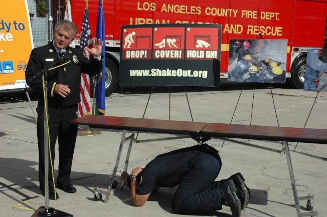 洛縣消防局建議地震發生時躲在桌子底下自救。(本報資料照)
