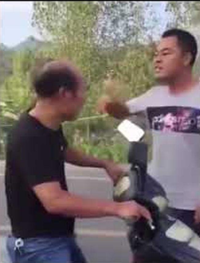 常仁堯攔下老師連搧四個耳光,又朝他拳打腳踢。(視頻截圖)