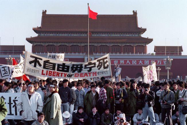 1989年6月,來自中國各地的高校學生聚集北京天安門廣場,高舉旗幟,要求打倒「貪腐」,推動民主改革。最後在北京當局武力鎮壓下,流血悲劇收尾。(Getty Images)