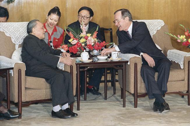 1989年2月美國總統老布希(右)訪問中國,和鄧小平在人民大會堂見面。(美聯社)