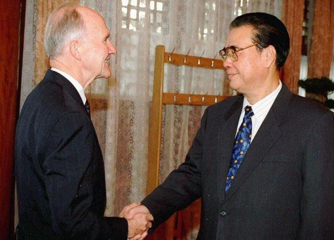 六四之後,老布希派國家安全顧問史考克羅與副國務卿伊戈伯格秘訪北京,圖為史考克羅於1996年訪問北京,會見李鵬。(美聯社)