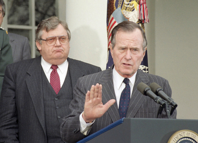 六四之後,老布希派國家安全顧問史考克羅與副國務卿伊戈伯格秘訪北京,圖為老布希總統與伊戈伯格。(美聯社)
