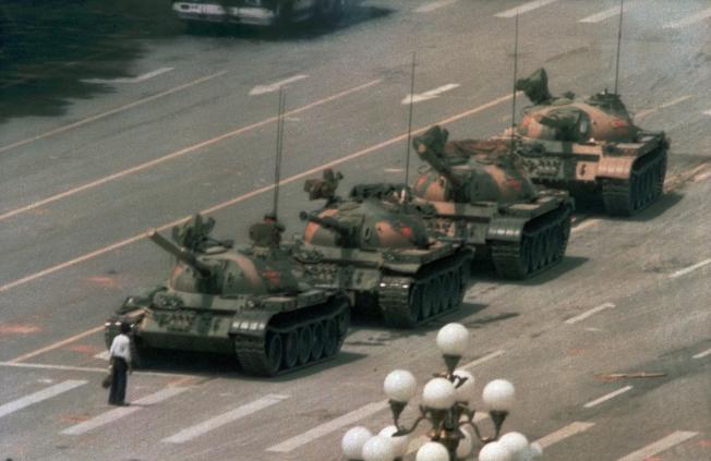 1989年6月5日,一列坦克開進長安大街,被一名男子擋下,留下這幅六四著名的畫面。(美聯社)