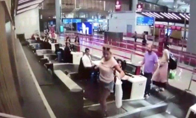 伊斯坦堡機場一名女子,將機場運輸帶誤認為登機入口,竟直接走上運輸帶,眾人當場傻眼。圖擷自太陽報