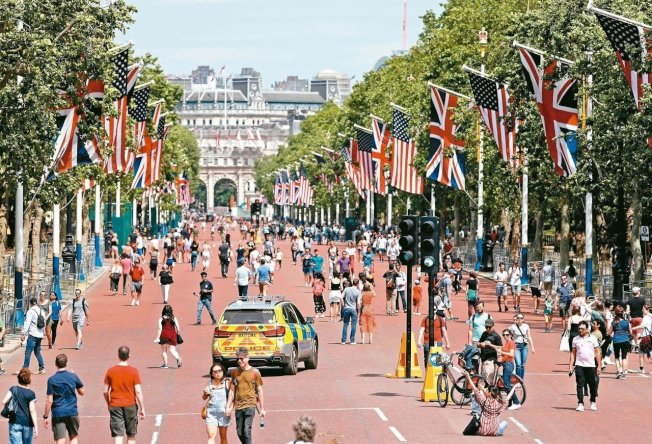 一名22歲男子10日凌晨攀爬倫敦白金漢宮(BuckinghamPalace)大門,入內遊蕩4分鐘後被捕。圖為美國總統川普三日將抵達英國並會見英國女王伊麗莎白二世。 圖╱GettyImages