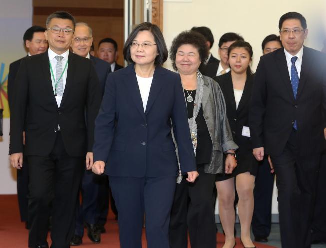 蔡英文總統(前排左二)11日率團啟程,展開十二天的「自由民主永續之旅」。記者陳嘉寧/攝影