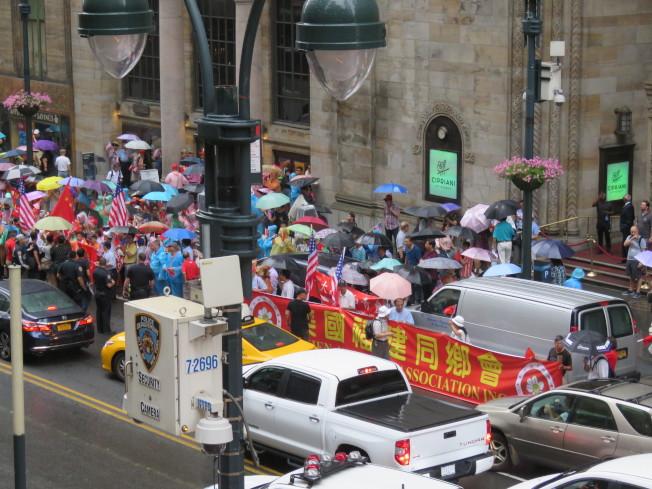 總統蔡英文於美東時間11日下午抵達紐約過境,中國大陸團體在蔡英文下榻飯店對面抗議。特派記者張加/攝影