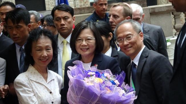 台灣總統蔡英文(中)「自由民主永續之旅」11日過境紐約,上百名僑胞到場歡迎。(中央社)