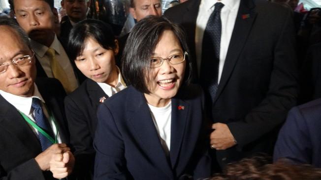 台灣總統蔡英文「自由民主永續之旅」11日過境美國紐約,上百名僑胞到場歡迎。(中央社)