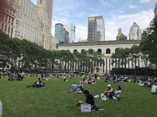 在布萊恩特公園欣賞夏季電影播映,是紐約客夏天的盛事。(記者邵冰如/ 攝影)