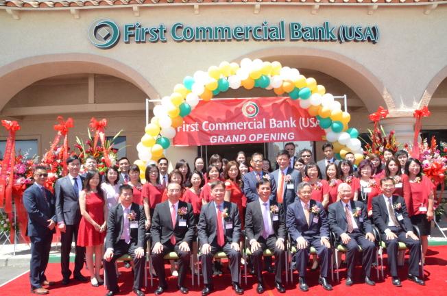 美國第一銀行奇諾岡分行員工慶祝分行開幕。(記者王全秀子/攝影)