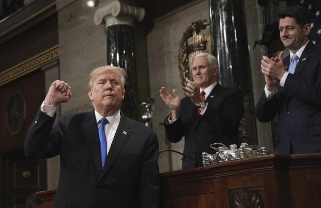川普總統於2018年1月底在國會發表國情咨文,中為兼任參院議長的副總統潘斯,右為時任眾院議長的萊恩。(美聯社)